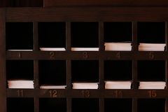 Entalhes de madeira das prateleiras para o papel fotos de stock