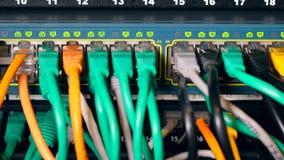 Entalhes numerados com uma rede de cabos multicolour video estoque