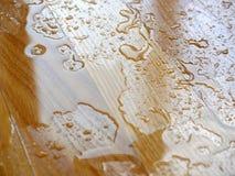 entarimado Gotas del agua en superficie de madera Imagen de archivo