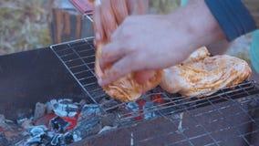Entassement du barbecue sur le feu ouvert en montagne sur la nature clips vidéos