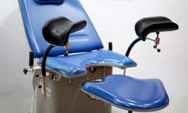Entbindungsabteilungs- oder Gyn?kologiebezirkbett f?r Diagnose in einem Krankenhaus lizenzfreies stockfoto