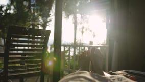 Entblößen Sie weibliche Füße im Bett am frühen Morgen in der Sonne mit schönem Blendenfleckeffekt Stockfotografie