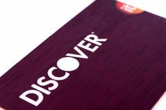 Entdecken Sie die Kreditkarte, die oben auf weißem Hintergrund nah ist Selektiver Fokus mit flacher Schärfentiefe Lizenzfreies Stockfoto