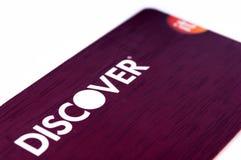 Entdecken Sie die Kreditkarte, die oben auf weißem Hintergrund nah ist Selektiver Fokus mit flacher Schärfentiefe Stockbilder