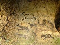 Entdeckung der prähistorischen Farbe der Höhlenbewohnerjagd in der Sandsteinhöhle Farbe der Menschenjagd Stockfoto