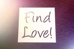 Entdeckungs-Liebes-Anzeige auf dem Papier, das auf gebürstetem Aluminium liegt stock abbildung
