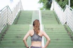 Ente asiatico di riscaldamento della giovane donna che allunga prima dell'esercizio di mattina e che pareggia al di sotto della m Fotografia Stock