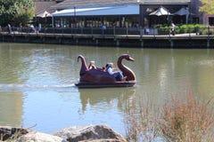 """Ente-Boot an Rio Washington Center-†""""mit den Leuten, die in es reiten Stockfoto"""