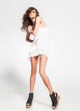 Ente completo di posa di modello della bella donna in vestito bianco nello studio fotografia stock libera da diritti