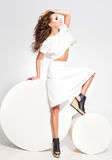 Ente completo di posa di modello della bella donna in vestito bianco nello studio fotografie stock
