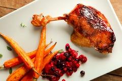 Ente Confit mit Karotten und Beeren Stockbild