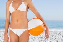Ente femminile sexy in bikini bianco con beach ball Immagini Stock
