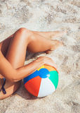 Ente femminile sexy in bikini con beach ball Fotografia Stock