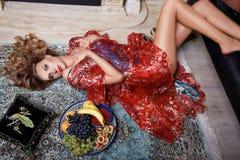 Ente sexy della bella della donna della frutta di trucco di sonno ragazza della casa Immagine Stock