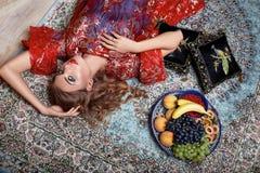 Ente sexy della bella della donna della frutta di trucco di sonno ragazza della casa Fotografia Stock