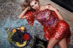 Ente sexy della bella della donna della frutta di trucco di sonno ragazza della casa Immagini Stock