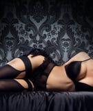Ente sexy di una giovane donna in biancheria erotica Fotografie Stock