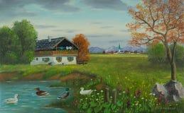 Enten durch den Teich mit einem Haus vor einem Dorf stock abbildung