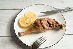 Entenbratenbein auf dem Holztisch lizenzfreies stockfoto