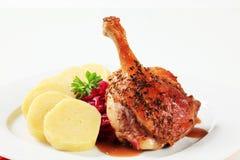 Entenbratenbein mit Kartoffelmehlklößen und Rotkohl Lizenzfreie Stockbilder