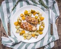 Entenbratenbrust mit Birne und Pfirsich auf einer weißen Platte mit Messergabel streifte Draufsicht des hölzernen rustikalen Hint Lizenzfreie Stockbilder
