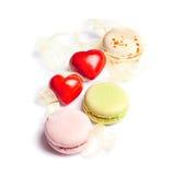 Entend et fond de valentine d'isolement par bonbons Photographie stock libre de droits