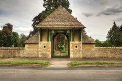 Enterance aan kerkhof met gesloten poorten Stock Foto