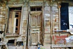 Enterance ett gammalt förstört ottomansommarhus Royaltyfria Foton