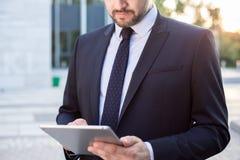 Enterpreneur facendo uso del computer portatile Fotografie Stock Libere da Diritti