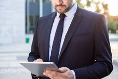 Enterpreneur używać laptop Zdjęcia Royalty Free