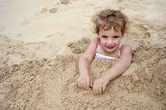 Enterré dans le sable photo stock