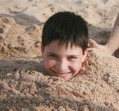 Enterré en sable photographie stock libre de droits