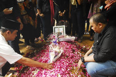 ENTERREMENT DE VICTIME D'ACCIDENT DE VOL D'AIRASIA Photo libre de droits