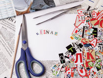 Entführen Sie die Aufschrift, die mit herausgeschnittenen Buchstaben gemacht wird Lizenzfreies Stockfoto