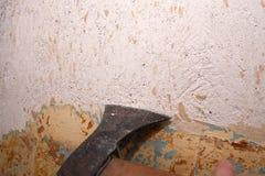 Entfernen der alten Farbe von der Wand Stockfoto