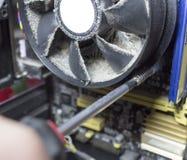 Entfernen der Kühlvorrichtung vom Prozessor in der Zentraleinheitsausrüstung stockfotografie