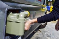 Entfernen des Abwasserbehälters von einem campervan Lizenzfreies Stockfoto