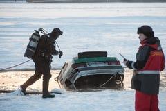 Entfernen des Autos aus dem Eisloch heraus Stockbild
