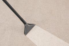 Entfernen des Schmutzes vom Teppich mit Staubsauger stockfoto