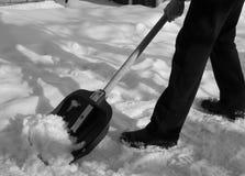 Entfernen des Schnees mit einer Schaufel nach Schneefällen Stockfotografie