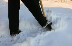 Entfernen des Schnees mit einer Schaufel nach Schneefällen Stockbild