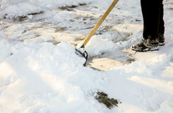 Entfernen des Schnees mit einer Schaufel nach Schneefällen Lizenzfreie Stockfotos