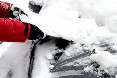 Entfernen des Schnees vom Auto Stockfotos