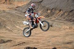 Entfernen Sie sich auf großem Hügel auf einem Motorrad Motocross Stockfotos