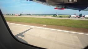 Entfernen Sie sich in die Himmelhandelsschraubenflugzeuge Ansicht vom Fenster stock video