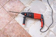 Entfernen von alten Fliesen Jackhammer - Bohrungsdemolierungshammer auf Boden stockfotos