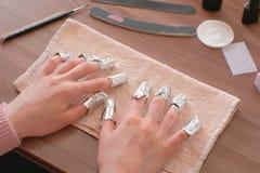 Entfernen von Gel Polnischem von den Nägeln Alle Finger mit Folie auf beiden Händen Nahaufnahmehand Front View lizenzfreies stockfoto