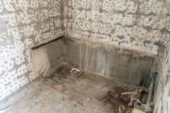 Entfernte alte Fliesen in der Toilette lizenzfreie stockfotos