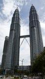Entfernte Ansicht über berühmte Petronas-Twin Tower Lizenzfreie Stockbilder
