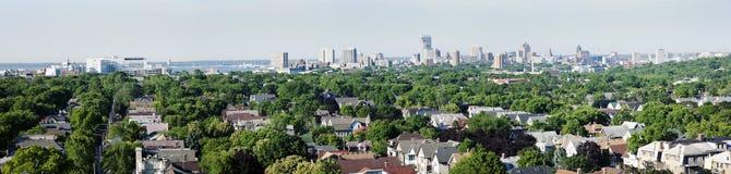Entfernte Ansicht von im Stadtzentrum gelegenem Milwuakee Lizenzfreie Stockfotos